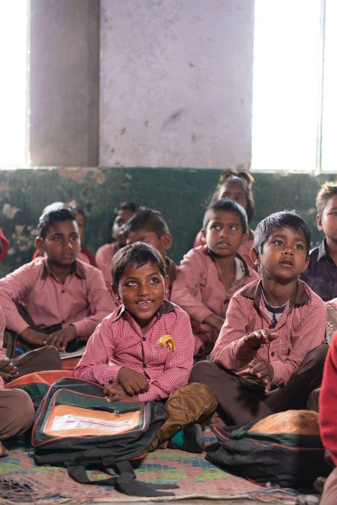एक कक्षा में बच्चे पढ़ रहे हैं