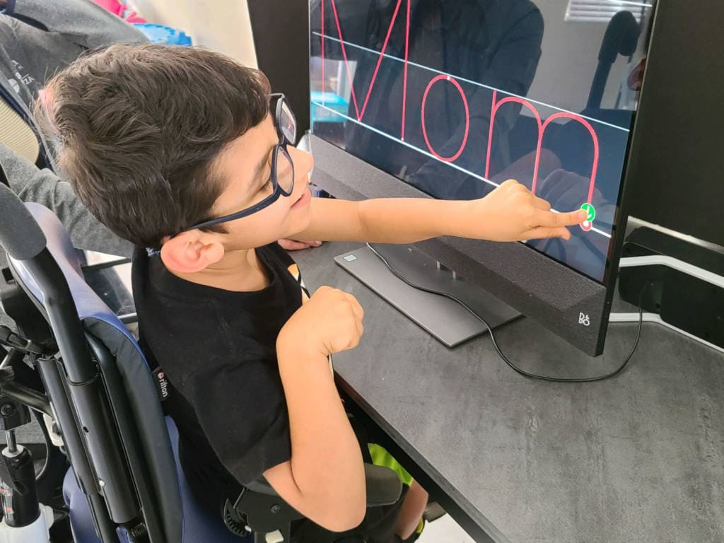 """A student with CVI learns to spell """"Mom"""" using an accessible touchscreen display"""